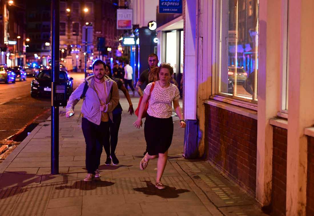 Människor springer längs Borough High Street i samband med händelsen vid London Bridge.