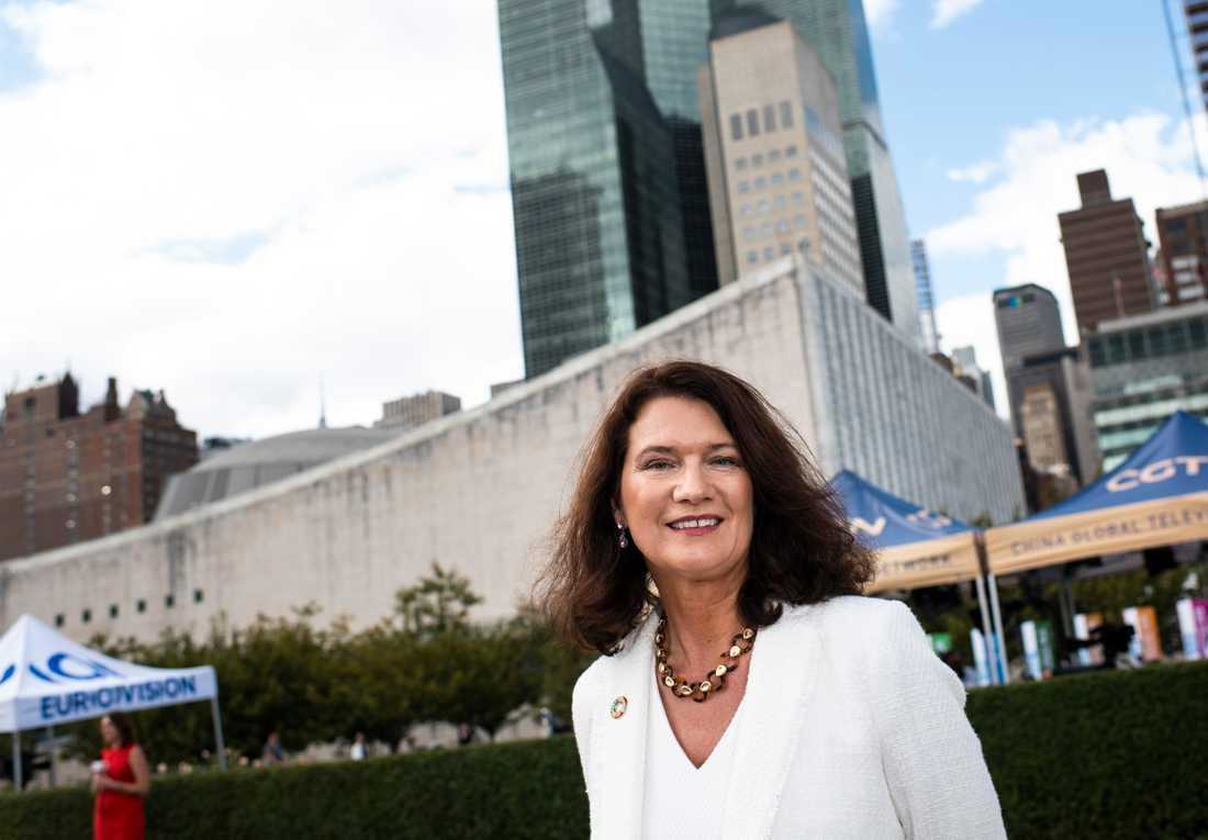 Sveriges utrikesminister Ann Linde utanför FN-skrapan i New York.