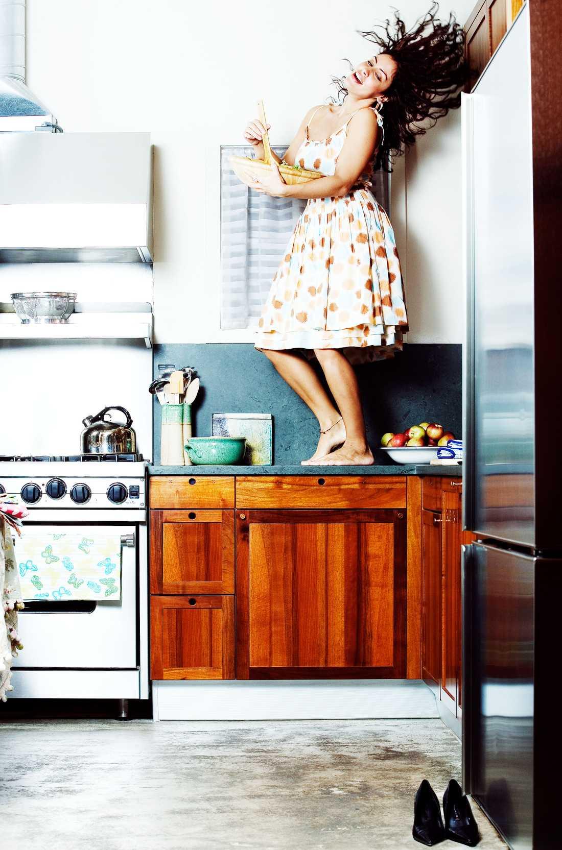 Psst! Vem har sagt att man endast får dansa på bordet på helgerna? Mat lagas bäst med en skopa kärlek.