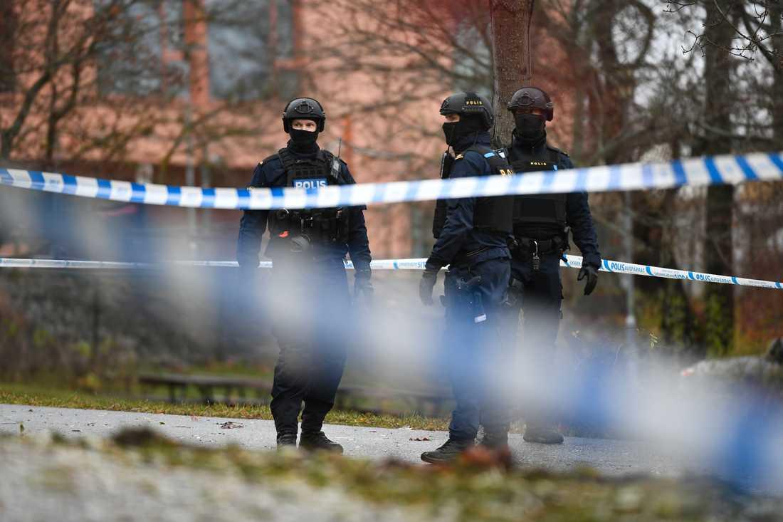 Massiv polisinsats i Sundbyberg – beväpnad man barrikaderad i lägenhet