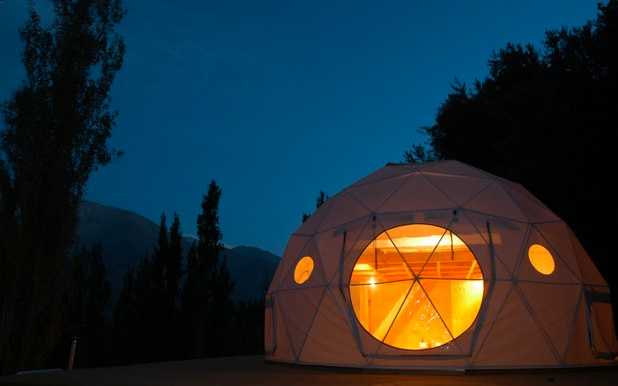 Astronomic Hotel, Coquimbo, Chile Ligg i sängen och titta på stjärnorna i den här geodetiska kupolen... Öppna en flik i taket eller titta ut genom något av de många fönstren i tältduken... Kolla efter billiga flygbiljetter till Chile här!