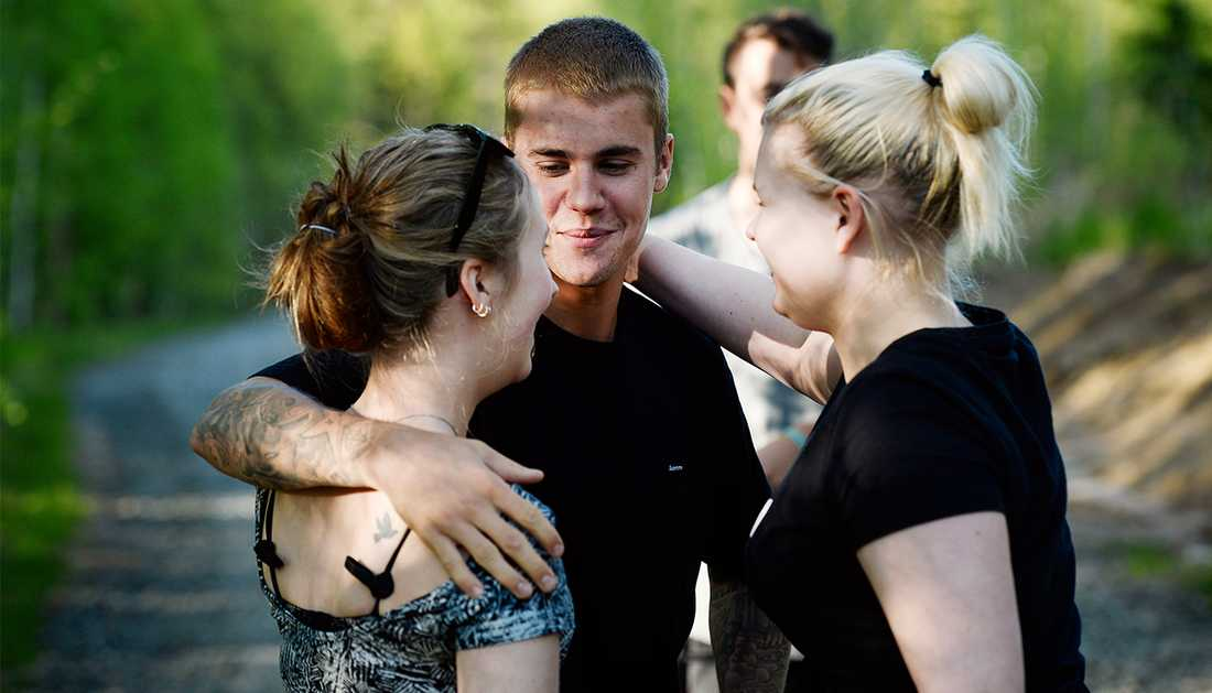 Emma Hånberg och Moa Karlberg tillsammans med Justin Bieber.