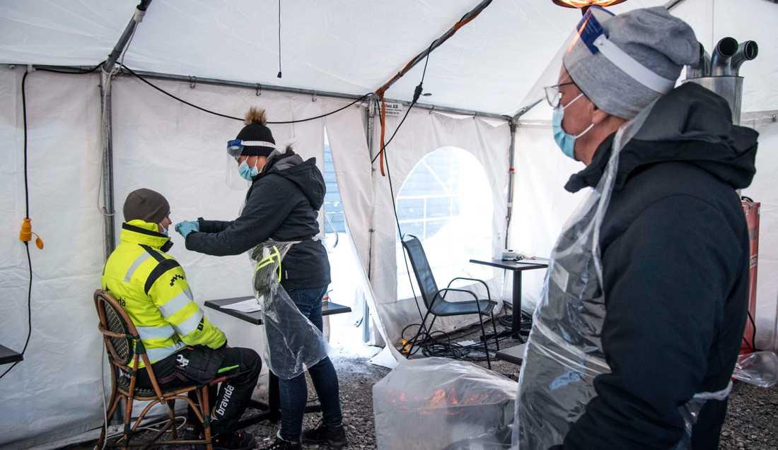 Arbetarna på Nothvolts batterifabrik testas varje dag.