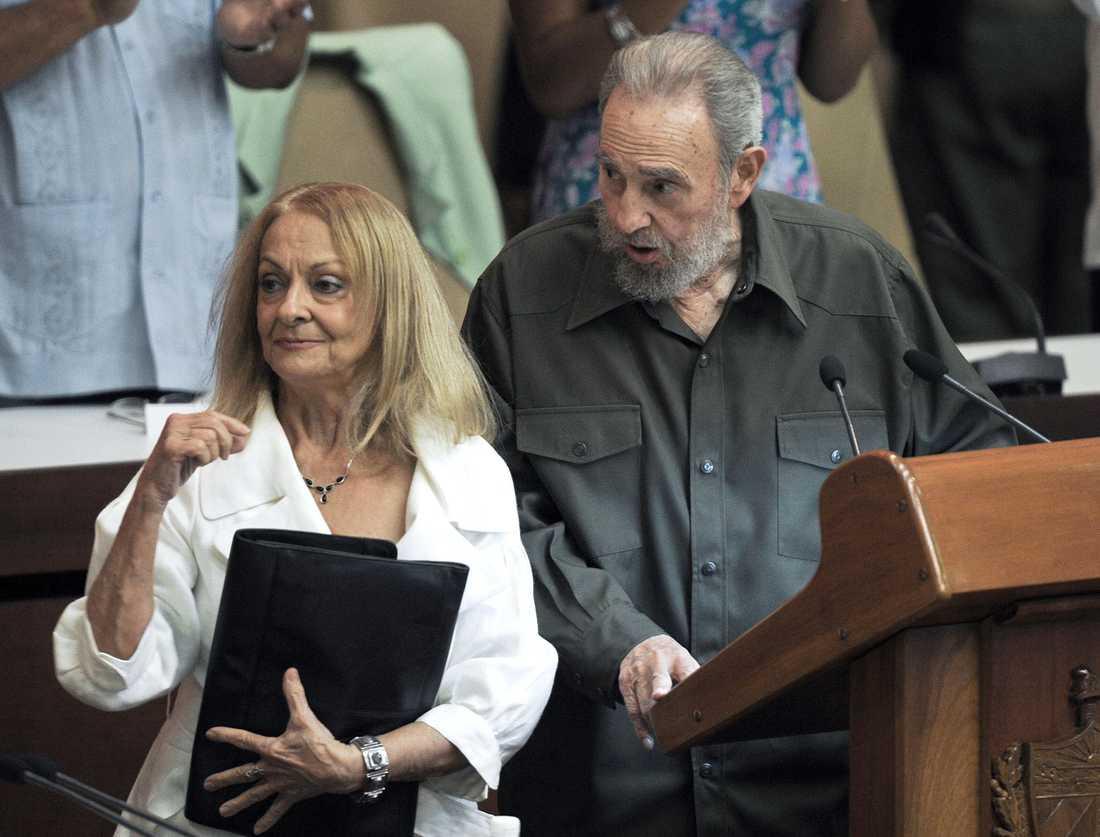 Fidel Castro tillsammans med sin fru Dalia Soto del Valle i det kubanska parlamentet 2010.