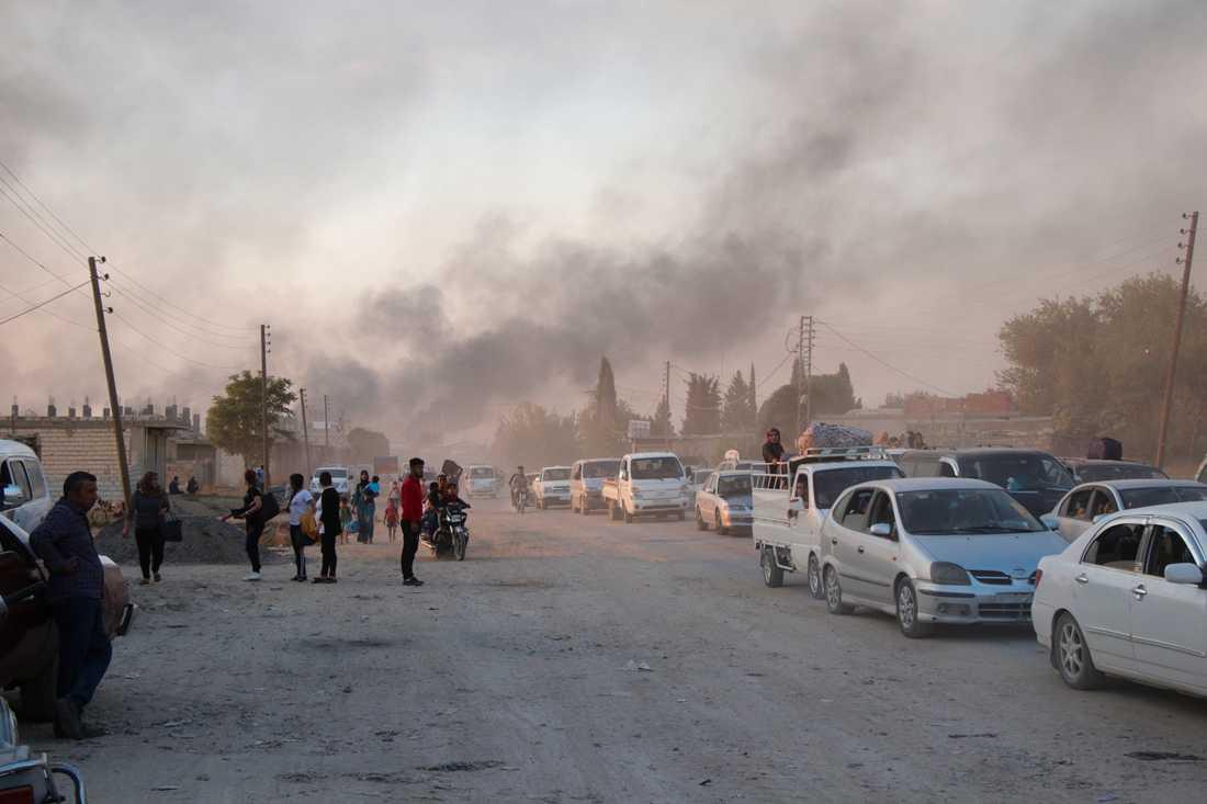 Syrier flyr beskjutning från turkiska styrkor i Ras al-Ayn under onsdagen.