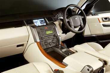 Man sitter kungligt bra i Range Rover Sport.
