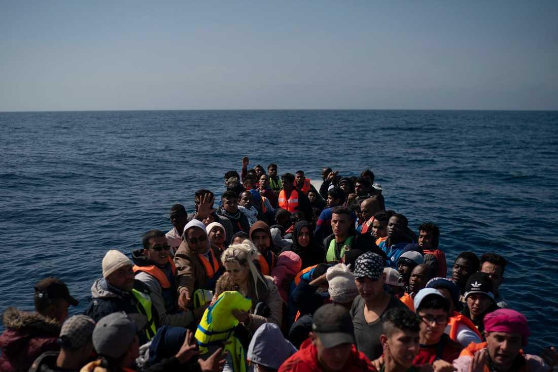 Drygt 100 flyktingar väntar på att bli räddade ur sin gummibåt på Medelhavet. Trots att färre migranter tar sig till EU nu, är det fortfarande många som dör under resan. Arkivbild.