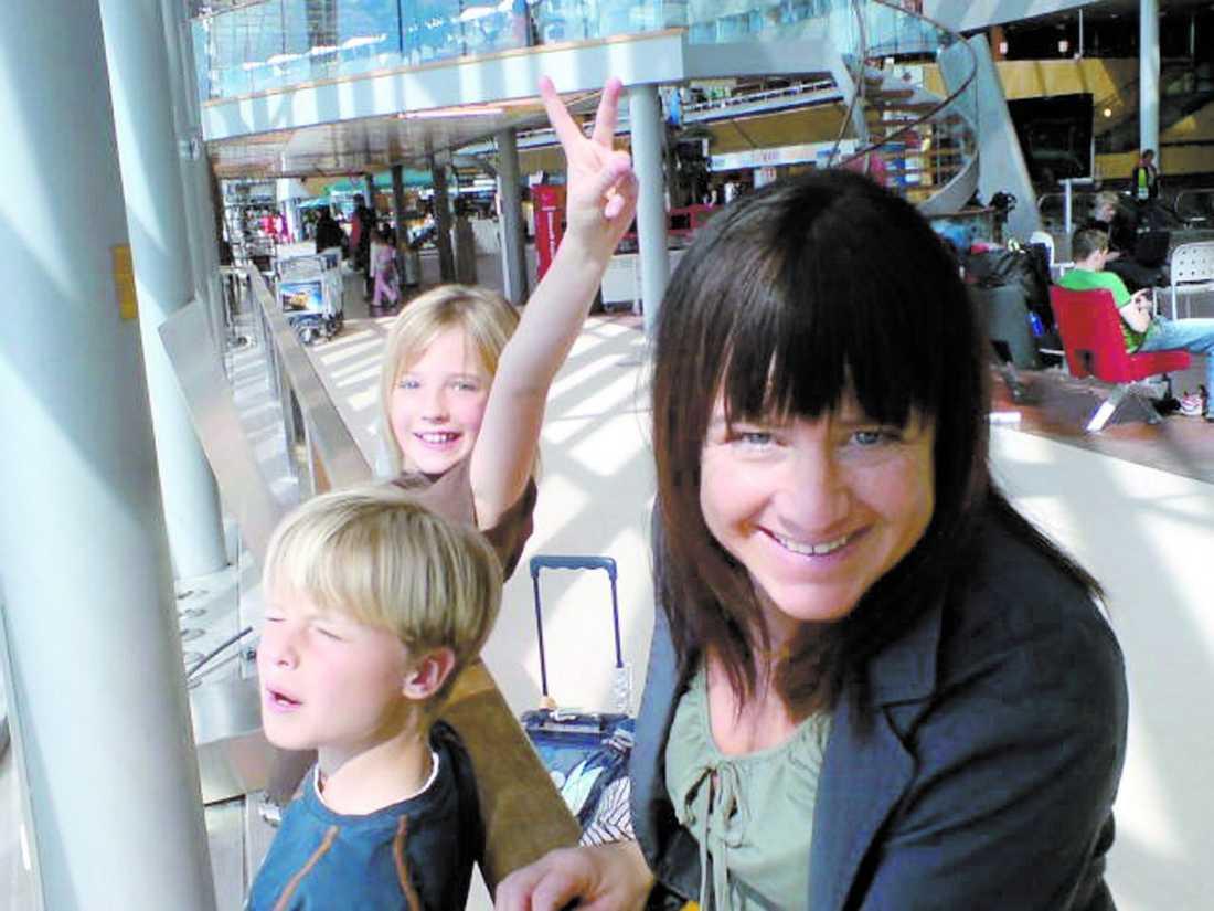 DÅ Mimmi Nilsson med barnen Filip, 11, och Clara, 13. Mimmi är 42 när hon får veta att hon har en cysta i huvudet.
