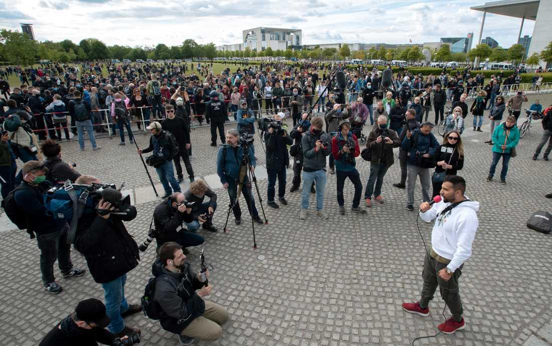 Den veganske kocken Attila Hildmann talar vid en demonstration mot virusrestriktioner i Berlin på lördagen.