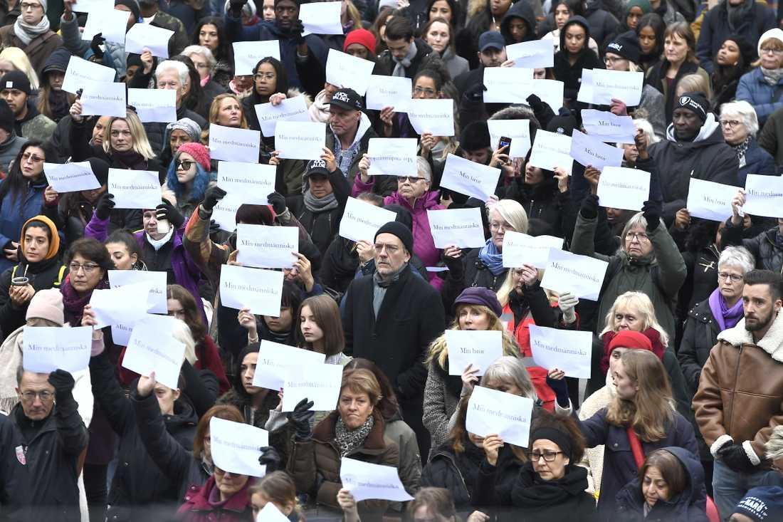 Mammors manifestation mot det dödliga våldet i förorterna på Sergels torg.