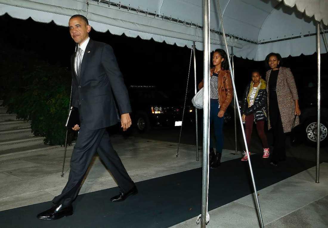 Home sweet home Barack Obama med frun Michelle och döttrarna Sasha och Malia i släptåg stegar hem mot Vita huset i Washington – igen. Nu väntar hårt arbete för presidenten som måste få bukt på landets minst sagt akuta ekonomiska läge.