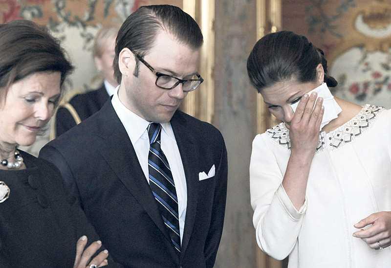 Under andra lysningen i går fick kronprinsessabn Victoria och Daniel Westling många gåvor. Men den gåva som gjorde störst intryck på Victoria var en tavla som föreställde prinsessan Lilian som ung. Kronprinsessan kunde inte hålla tillbaka tårarna efter att ha sett den.