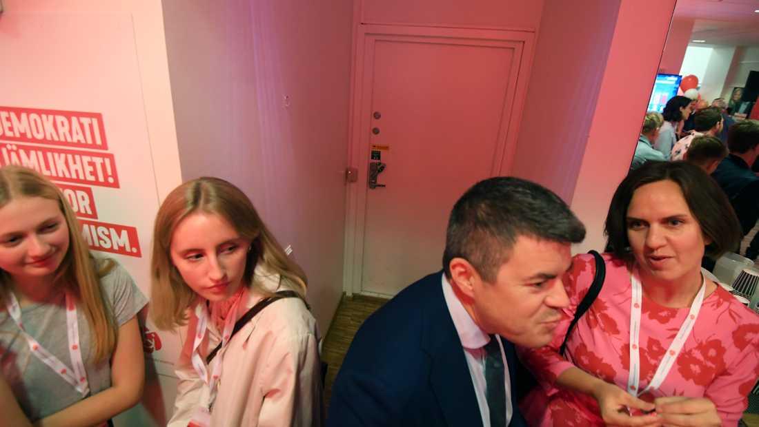 Bakom dörren sitter Socialdemokraternas verkställande utskott och följer valet.