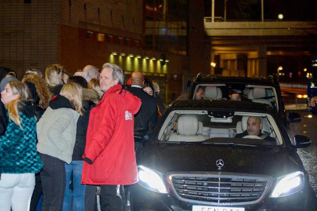 Efter konserten i Globen smet Nicki Minaj ut bakvägen där en klunga fans väntade vid hennes bil för att få hälsa på världsartisten.