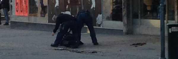Rånarna var klädda i ljusa arbetskläder och rånarluvor. En blev skjuten av polisen.