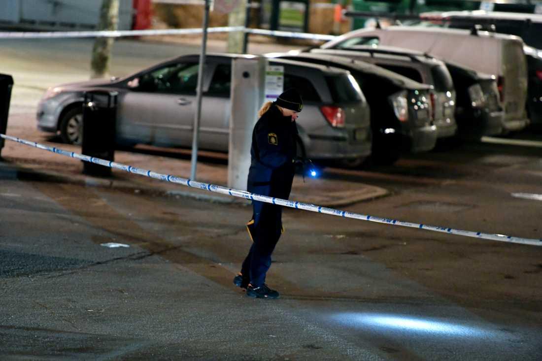 Natten till måndag sköts en man i 35-årsåldern vid Rissne centrum i norra Stockholm.