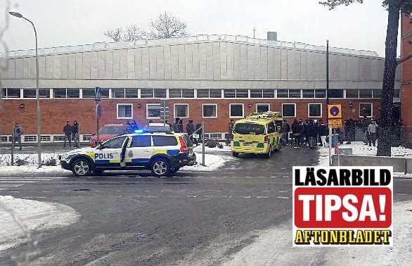 En person har knivskadats vid skola i Enskede, Stockholm.