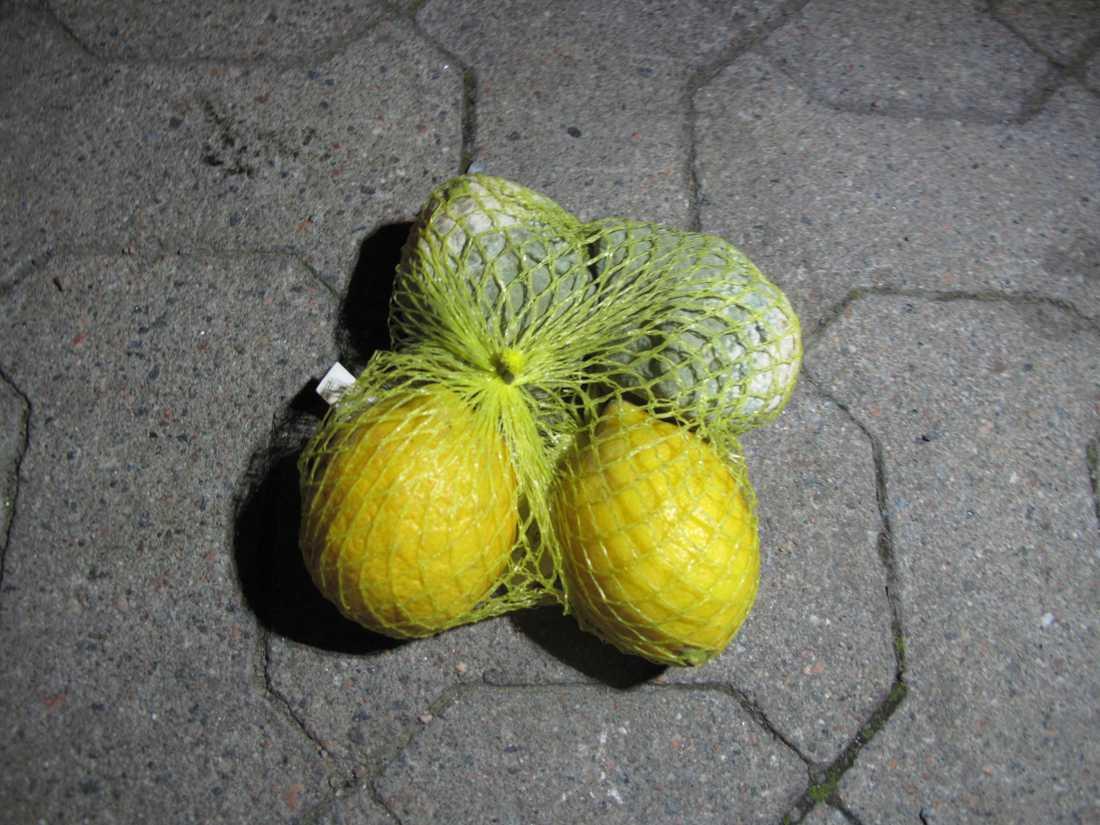 Två mögliga citroner, två ätbara – men alla slängs.