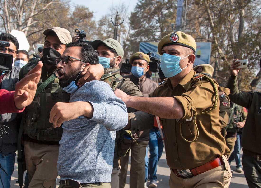 Indisk polis ingriper vid en demonstration i Kashmir.