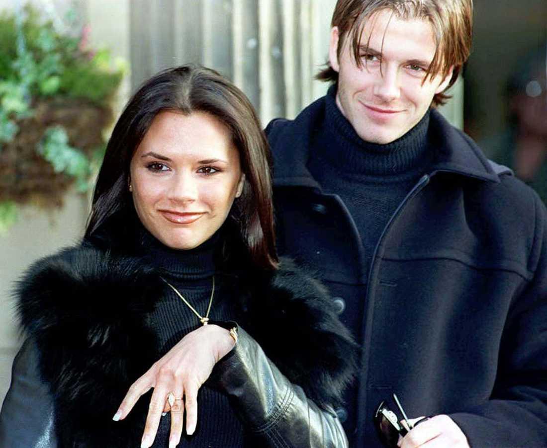 """Victoria """"Posh Spice"""" Adams och David Beckham har precis tillkännagivit sin förlovning i januari 1998."""