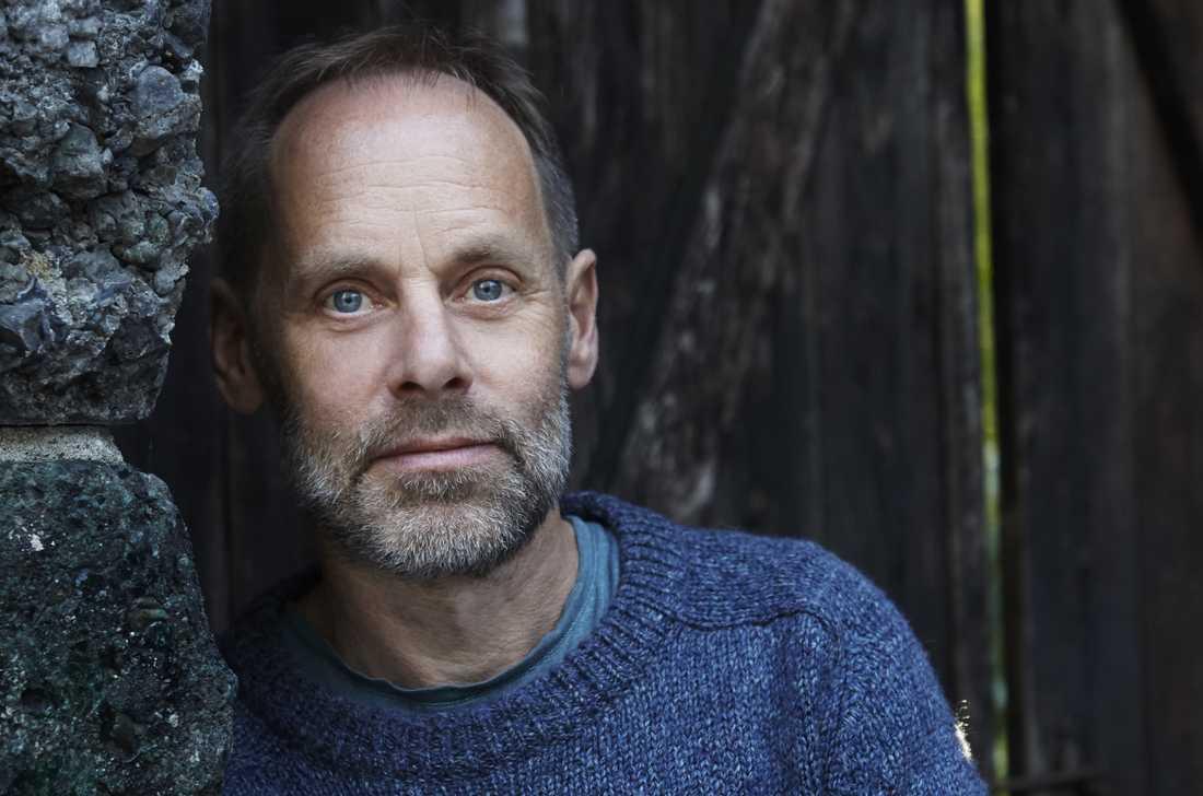 """Petter Lindgren (född 1965) är kulturskribent och poet. """"Singer"""" är hans debut som romanförfattare."""