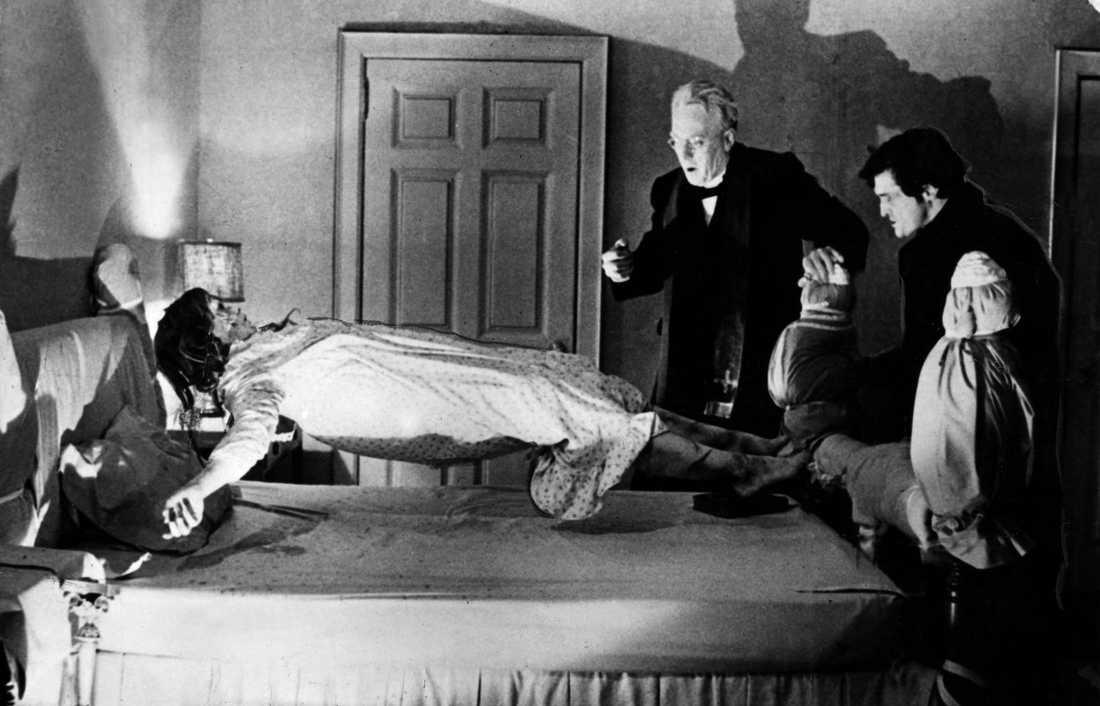 """3 Exorcisten Inspelningsår: 1973. Skådespelare: Ellen Burstyn, Max von Sydow, Linda Blair. Handlingen i korthet: Förtvivlad mamma anlitar en katolsk präst för att driva ut demoner ur dotterns kropp. Klassisk scen:  Gröna kaskadspyor, """"Fuck me, Jesus""""-utbrott och ett huvud som snurrar runt i 360 grader."""