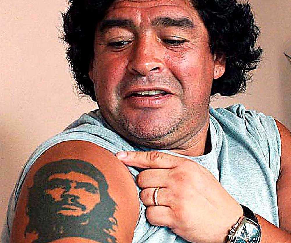Argentinas Diego Maradona visar stolt tatueringen med revolutionsikonen Che Guevara.