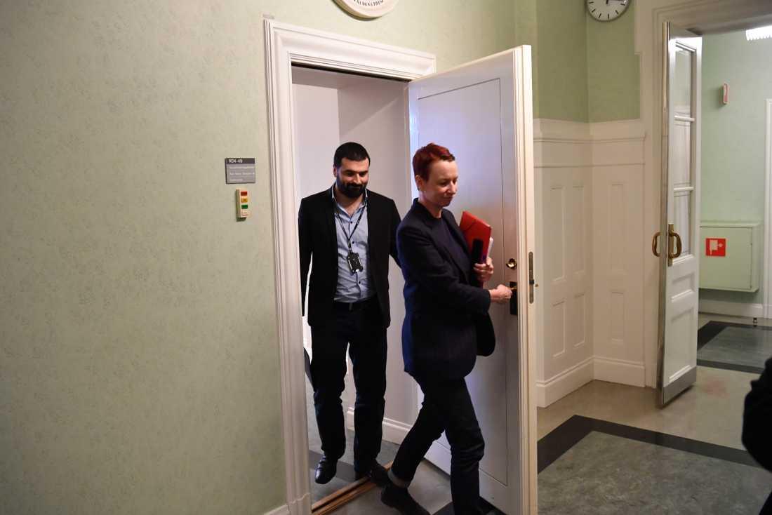 Christina Höj Larsen (V) och Ali Esbati (V) kommer ut från Maria Malmer Stenergards kontor efter ett deras möte om arbetskraftsinvandring.