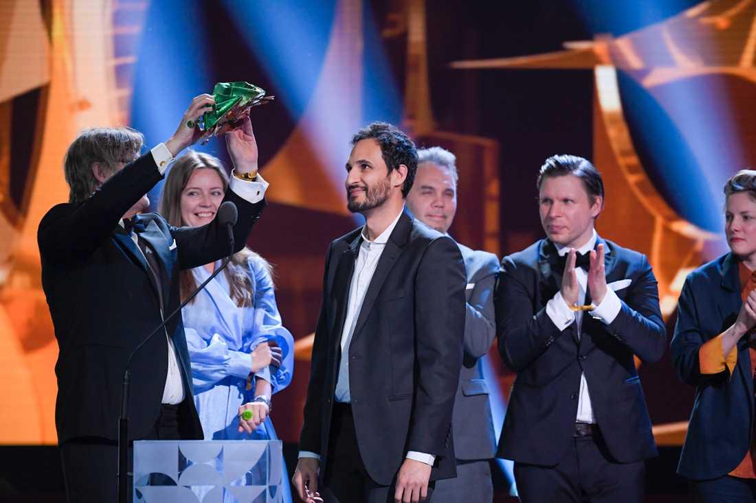 """Producenterna Nina Bisgaard, Piodor Gustafsson och Petra Jönsson tar emot priset för bästa filmen """"Gräns""""."""