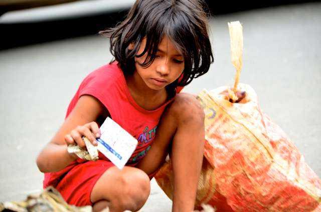 Här letar Jahanara skräp på soptippen som hon sedan säljer på en marknad. Foto