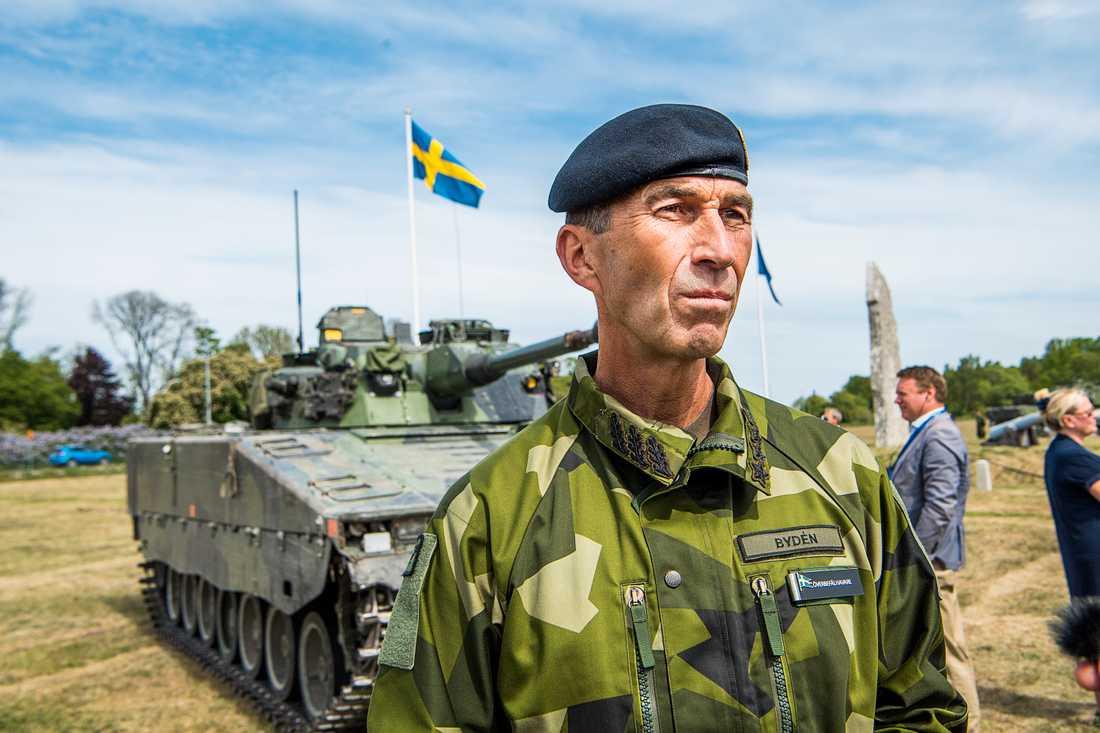 ÖB Micael Bydén under återinvigningen av Gotlands regemente i maj.