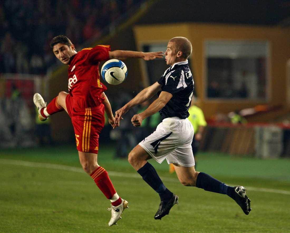 Galatasarays Sabri Sarioglu i närkamp med HIF:s Christoffer Andersson.