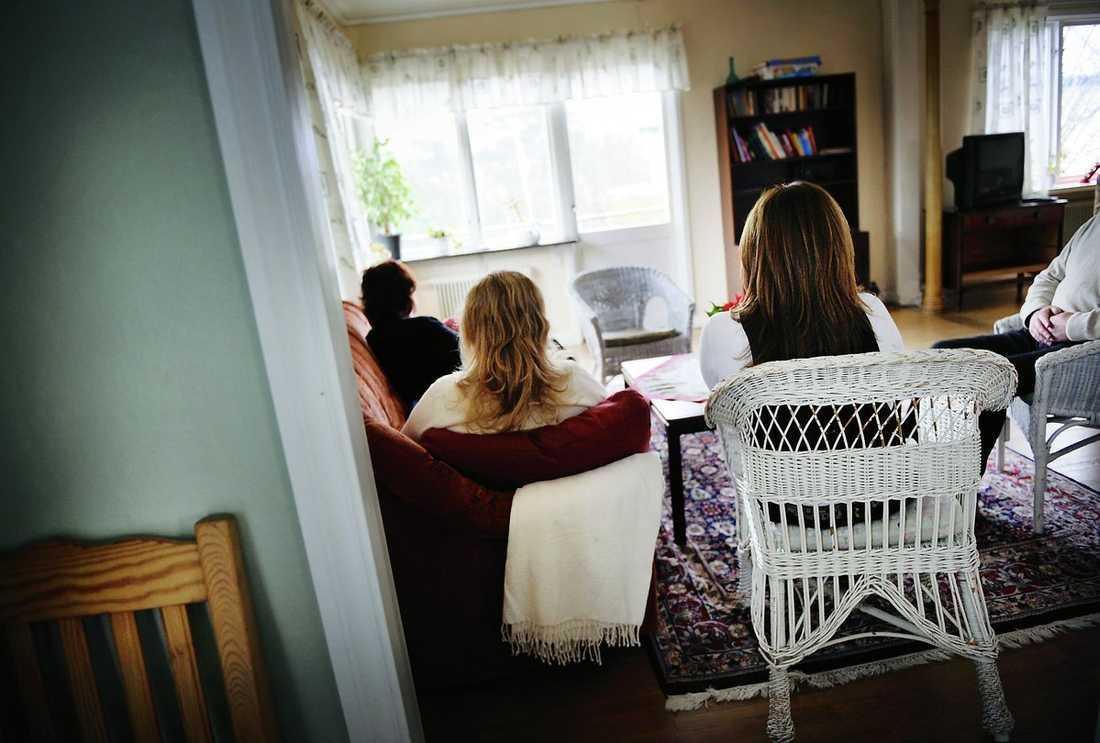 """VÄNSKAP. Kvinnorna samlas ofta i något av vardagsrummen, för att prata, titta på tv, dricka en kopp kaffe. Många blir goda vänner och fortsätter att hålla kontakten efter att de har flyttat.""""Vi har ju liknande erfarenheter och förstår varandra"""", berättar en av kvinnorna."""