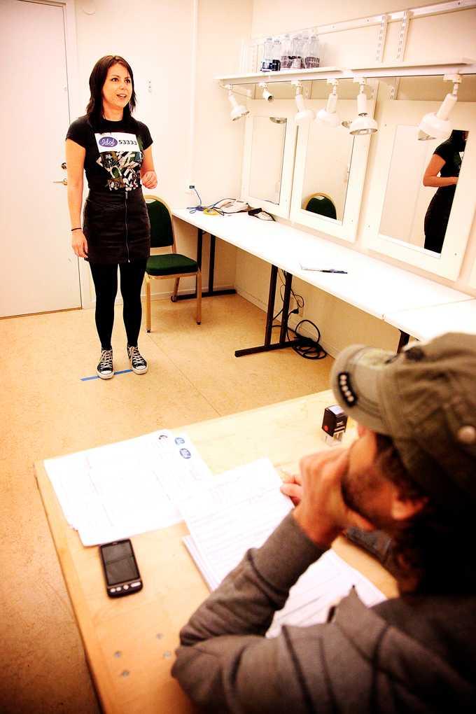 """Sanningens minut. Nöjesbladets Zandra Lundberg sjunger upp inför """"Idol""""-domarna med låten """"Livet har sina goda stunder"""". Omdömet? """"En skön tjej, men rösten håller inte""""."""