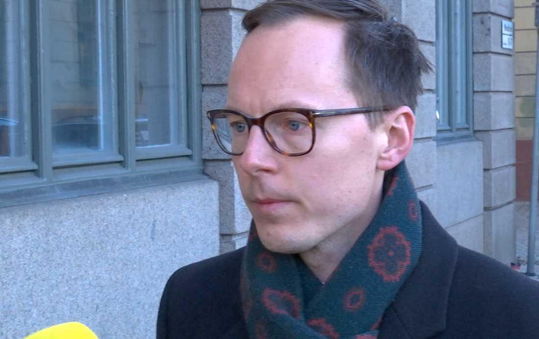 Mats Persson på väg in till ett möte med Liberalernas riksdagsgrupp och partistyrelse under lördagen Gamla stan.