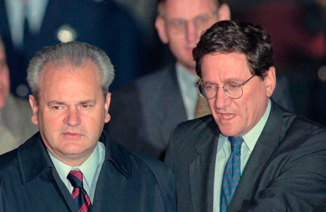 Serbiens president Slobodan Milosevic och USA:s biträdande utrikesminister Richard Holbrooke vid fredssamtalen  i Dayton, Ohio, 31 oktober, 1995.