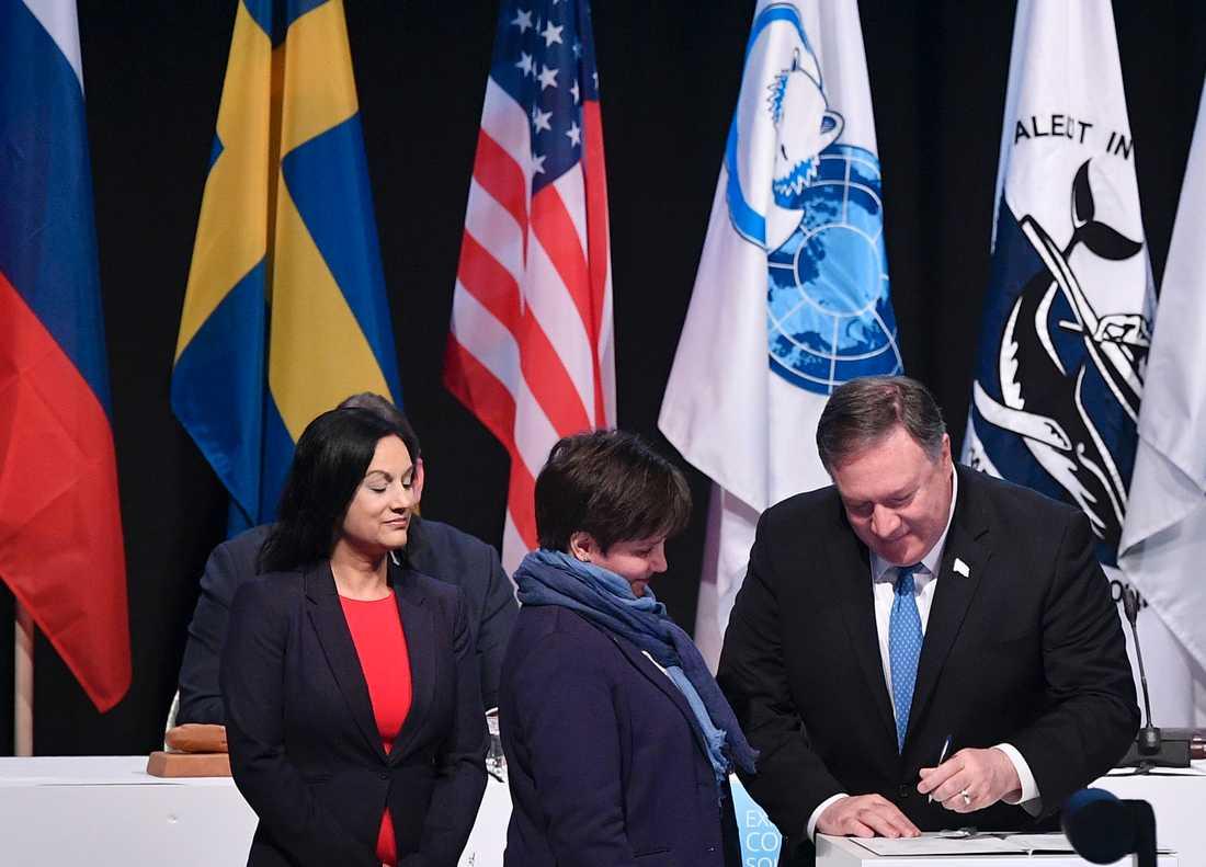 USA:s utrikesminister Mike Pompeo skriver under Arktiska rådets ministeruttalande.