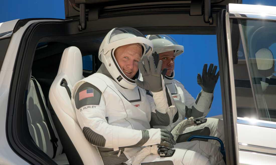 Doug Hurley och Bob Behnken ska skjutsas i en Tesla fram till rymdraketen på onsdag. Foto från en generalrepetition i lördags.