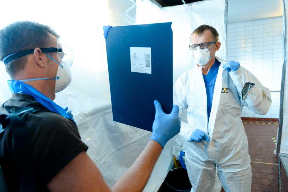 Hans Rosling i skyddsdräkt på Karolinska Institutet under en pressträff om hur sjukvårdspersonal förbereder sig inför arbete i Ebola-drabbade länder.