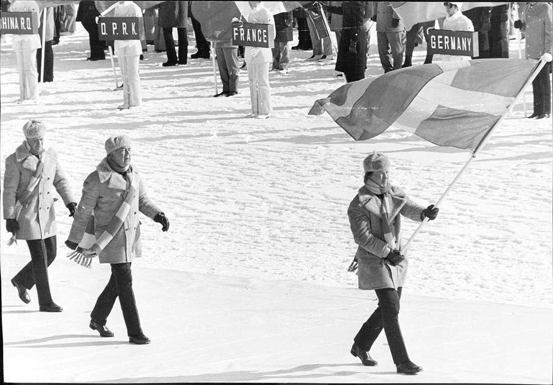 OS i Sapporo 1972. Fanbärare är Hasse Börjes, skridskoåkare