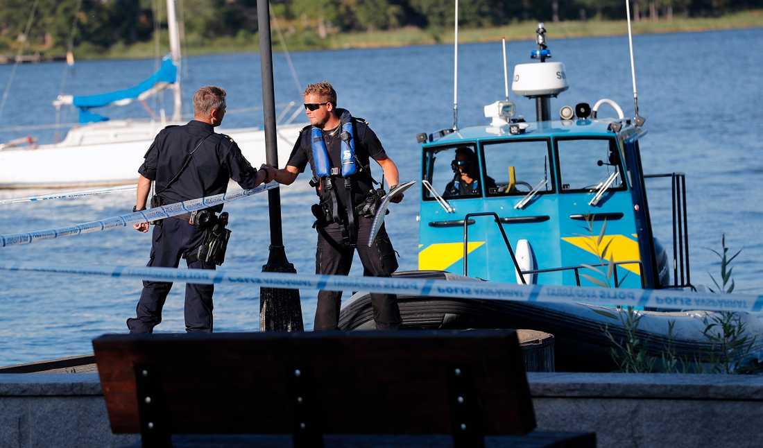 Polis och kustbevakning efter stölden.