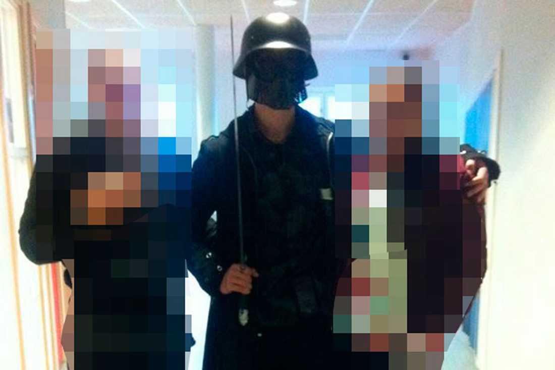 Anton Lundin Pettersson poserar med två av skolan Kronans elever i en korridor, innan han går för att hugga ihjäl ytterligare en person.