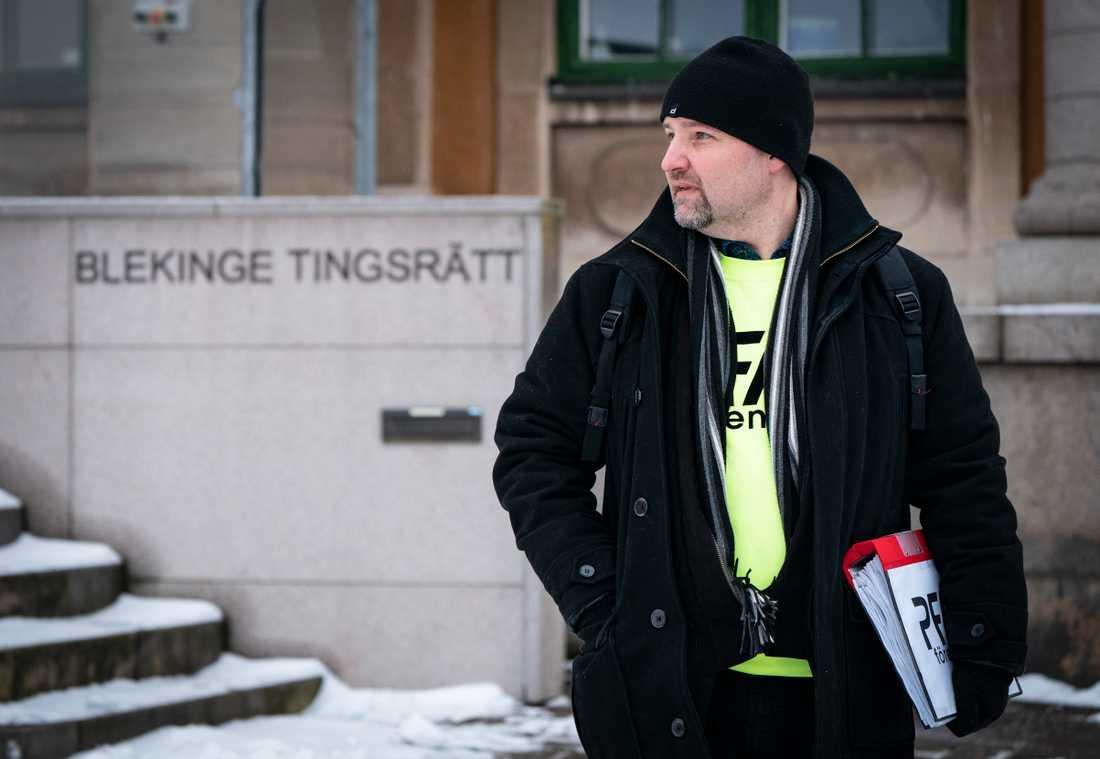 PFAS-föreningens ordförande Herman Afzelius utanför Blekinge tingsrätt i februari. Då påbörjades rättegången där 165 privatpersoner har stämt det kommunala vattenbolaget för att ha levererat dricksvatten som innehöll PFAS-ämnen.