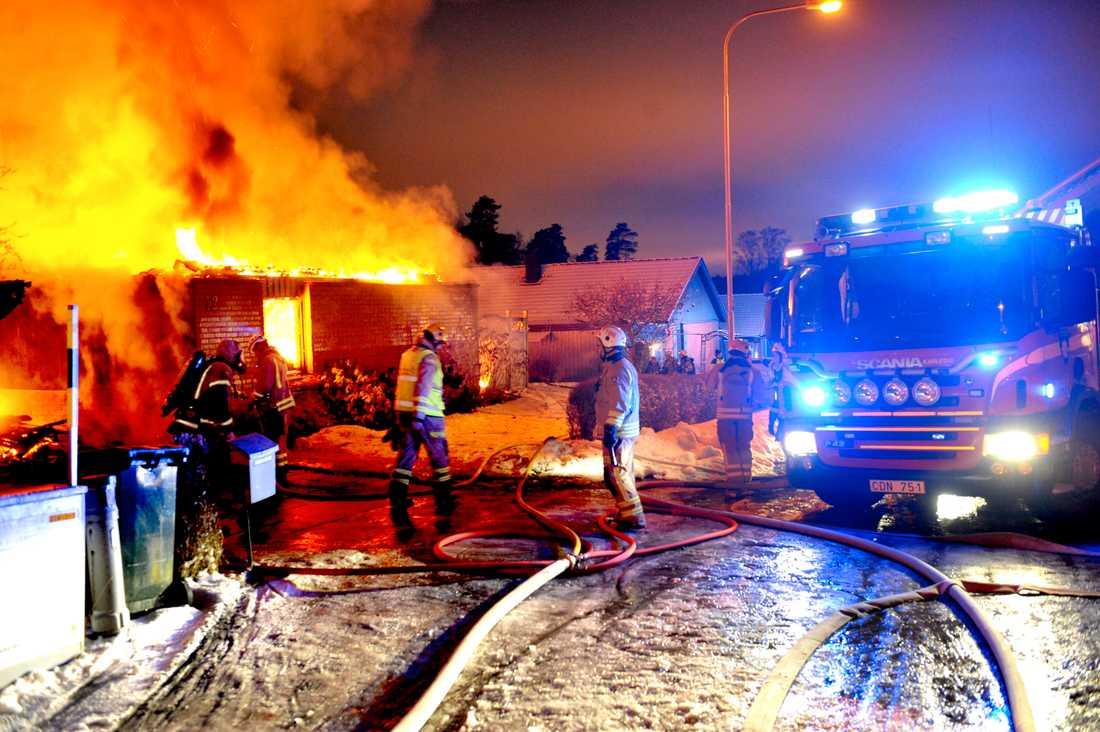 Det brinner i en villa i ett bostadsområde öster om Karlstad.