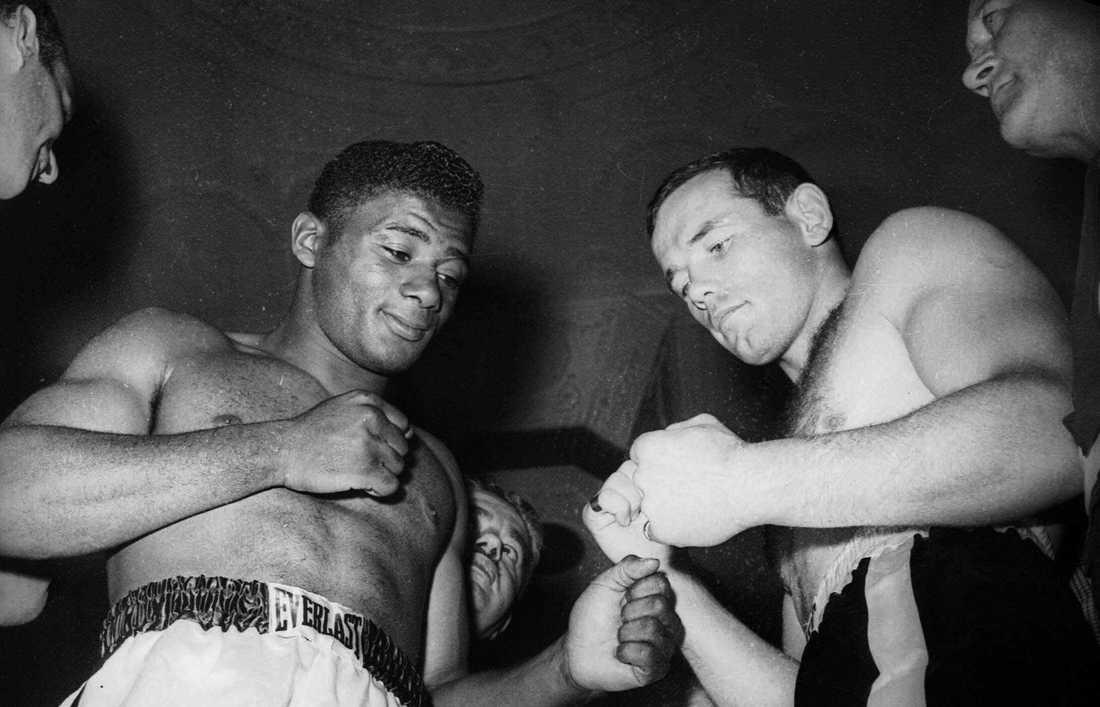 Ingemar Johansson (1932-2009) och Floyd Patterson (1935-2006) på invägningen inför titelmatchen i New York i juni 1959. Johansson chockade hela världen när han vann på teknisk knockout i tredje ronden efter att ha golvat Patterson sju gånger.