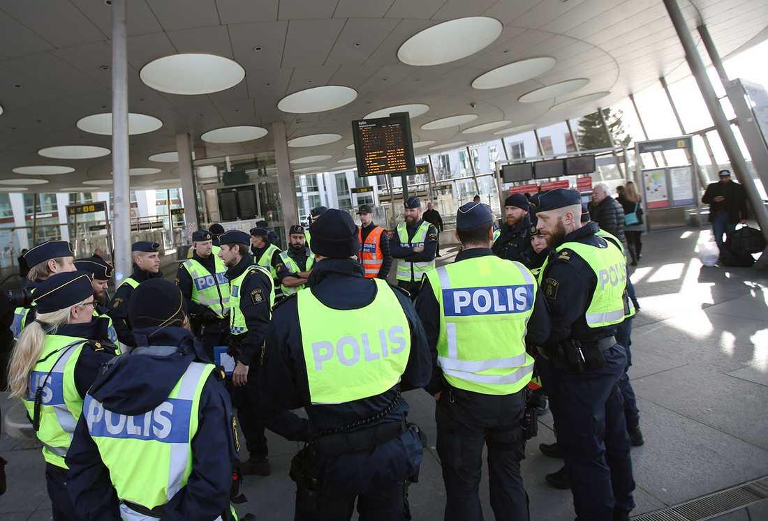 Poliser vid Hyllie station.