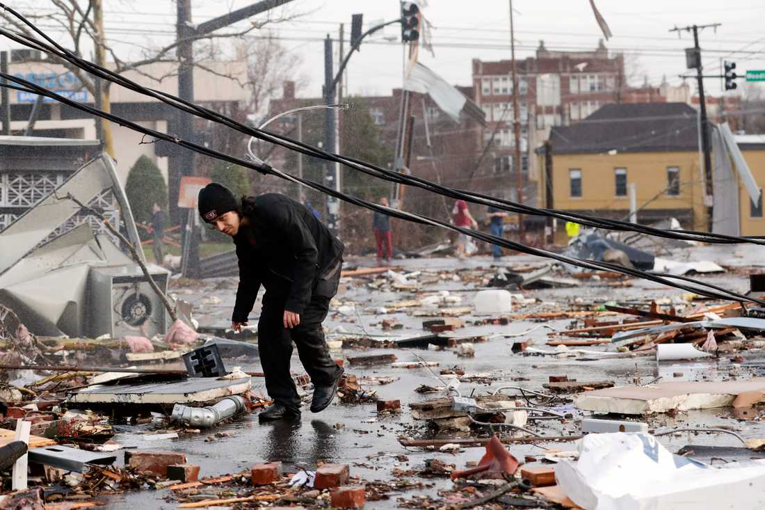 Gatorna är täckta av föremål och skräp som slitits iväg av vinden. Här också i Nashville.