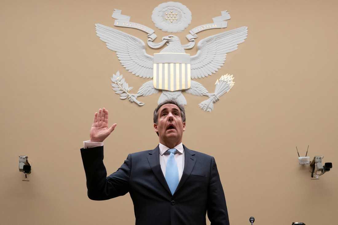 Michael Cohen svärs in inför onsdagens vittnesmål.