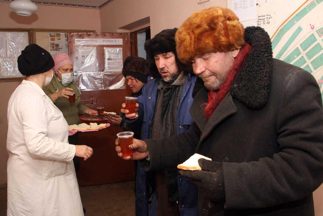 Hemlösa får te och lite mat av Röda korset i Donetsk i Ukraina. 18 människor har dött av kylan i Ukraina.