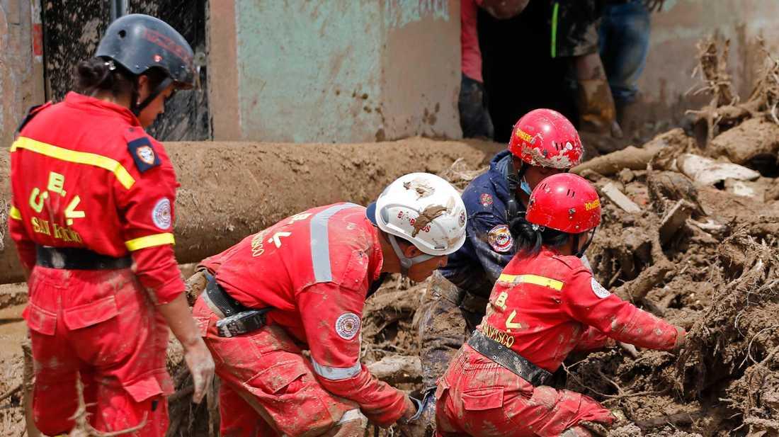 Jordskred är vanliga i Colombia. Här söker räddningsarbetare efter saknade 2017. Arkivbild.